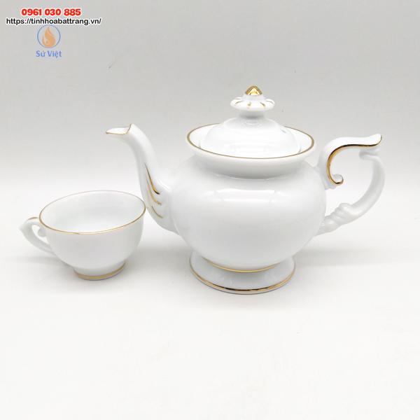 Chiếc ấm trà Đài Các với dáng ấm sang trọng quý phái