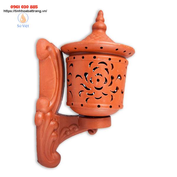 Đèn gốm sứ trang trí sân vườn mang lại vẻ đẹp nhờ giữ nguyên màu nâu đỏ nguyên thủy của đất nung