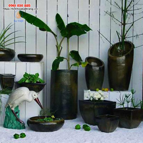 Chất liệu thân thiện với môi trường, kiểu dáng độc đáo ấn tượng nên lựa chọn gốm sứ để trang trí sân vườn sẽ là sự lựa chọn thông minh